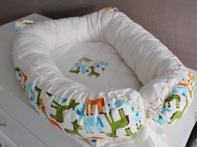 "Гнездышко кокон  babynest  ""Лошадки"" c  ушками для младенца, размер 15х57х85см"