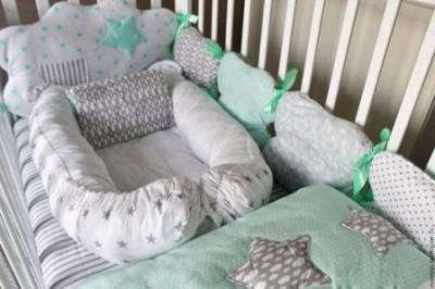"""Комплект в кроватку """"Звезды в кармашках"""", (5 предметов): подушка, наволочка, простынь на резинке, одеяло , бортики."""