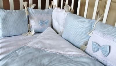 """Комплект в кроватку """"ПРОВАНС """" голубой, 5 предметов: подушка, наволочка, простынь на резинке, одеяло простеганное, бортики-подушки."""