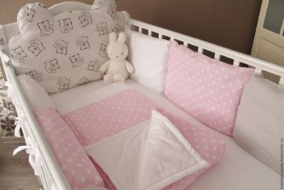 Комплект в кроватку «Teddy pink»,(5 предметов): подушка, наволочка, простынь на резинке, одеяло , бортики.