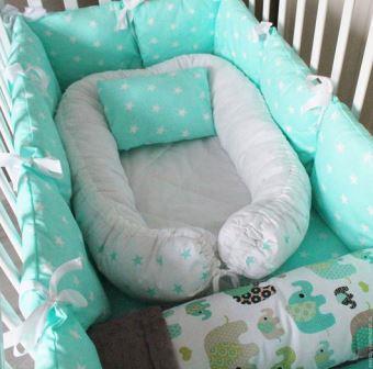 """Комплект в кроватку """"Изумрудные слоники"""",  5 предметов: подушка, наволочка, простынь на резинке, плед, бортики-подушки."""